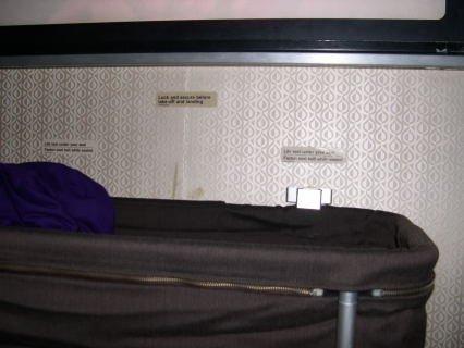 在飞机上被我们拿来当置物篮的婴儿挂篮.