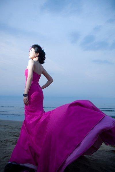 紫色海边女生背影照片