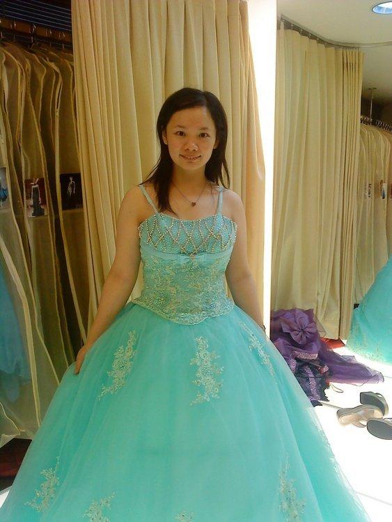 结婚礼服是老公陪我去挑选的订婚礼服是同学陪我去挑选的