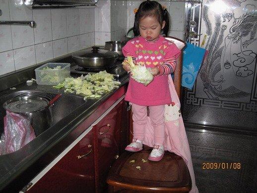 一岁半的小孩在我煮饭时,一直吵著要抱抱.