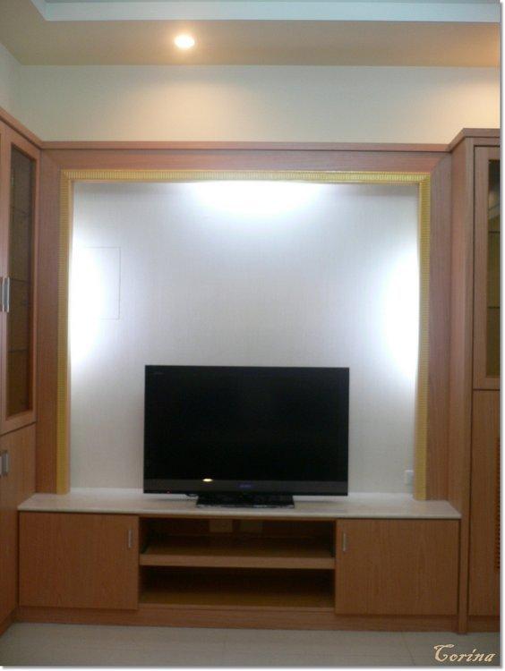 电视墙简单弄了个ㄇ字型木头雕刻;墙面贴了素纹壁纸