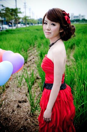 晚礼服一 风格:可爱甜美风[气球 绿色草地] 造型:侧边发型 蝴蝶结