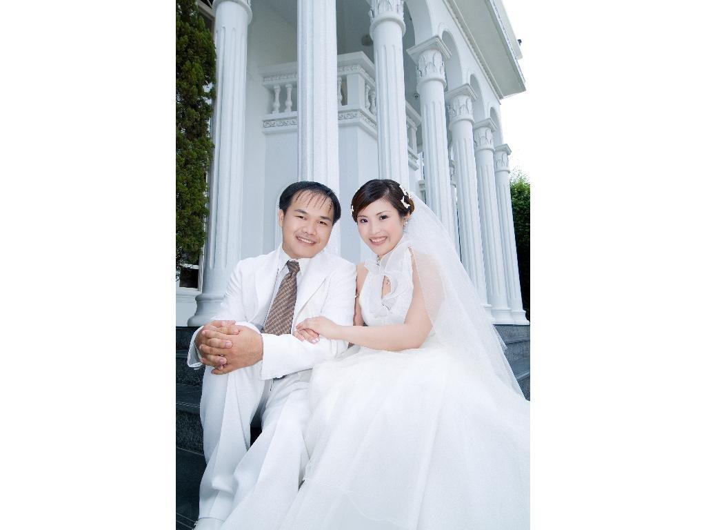 爱很简单: 文化路的白色教堂~喜帖~这件婚纱设计的很美,性感又不失