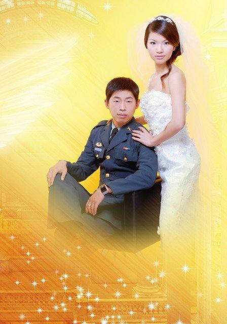 请分享帅帅穿军服的婚纱照图片
