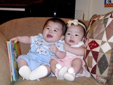 可爱的宝宝贝贝是龙凤胎